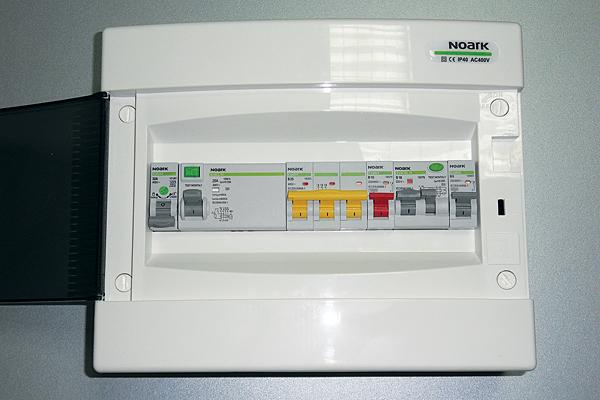 Rys. 8. Jedno z typowych zastosowań aparatu Ex9I40 – jako rozłącznik izolacyjny główny w tablicy mieszkaniowej