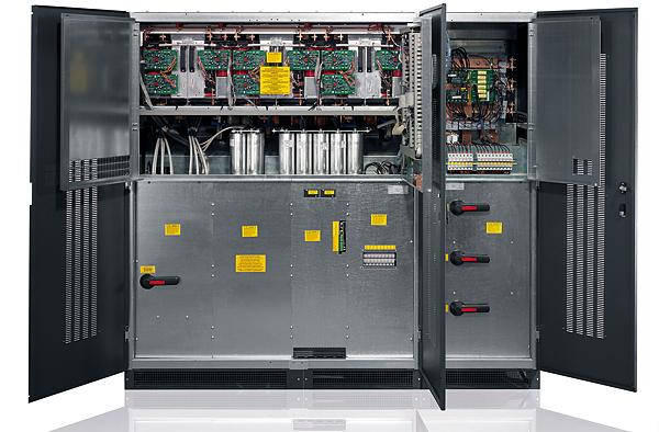 Zasilacze Master HP mają niewielkie rozmiary przy dużej mocy (250 kVA na 0,85 m2) oraz oferują dostęp do wnętrza od przodu. Są łatwe w instalacji nawet w niedużych pomieszczeniach