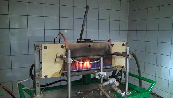 Rys. 3. Próbka Flame-X 950 2 x 1,5 mm2 podczas badania wg EN 50200