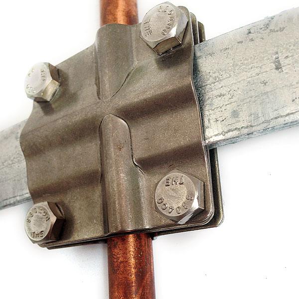 Przykład łączenia uziomu miedziowanego o gwarantowanej powłoce Erico z bednarką ocynkowaną ogniowo za pomocą nierdzewnego złącza krzyżowego