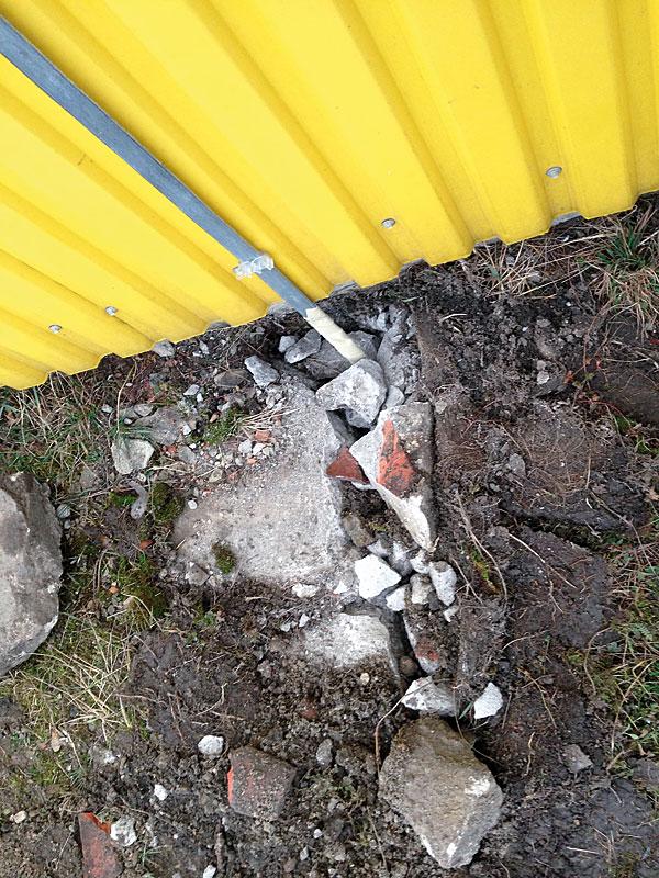 Bednarka stalowa ocynkowana ogniowo będąca wyprowadzeniem z uziemienia pionowego, zabezpieczona taśmą denso
