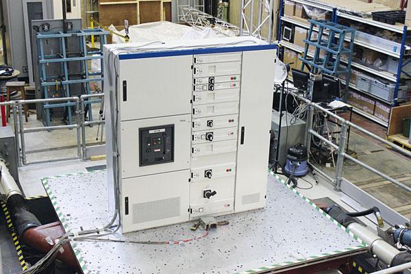 Rys. 13. Rozdzielnica xEnergy w laboratorium, podczas badań odporności na wstrząsy sejsmiczne